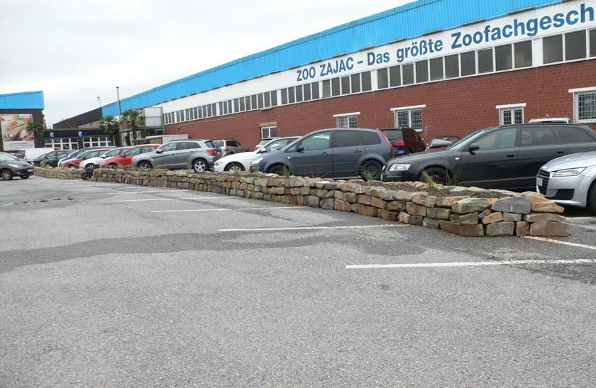 Trockenmauerhochbeet auf Parkplatz